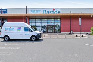 enseigne bastide le confort médical le-mans camion livraison diagnostic à domicile gratuit parking client